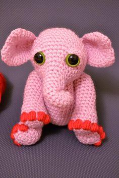 Bébé éléphant rose amigurumi au crochet par RoxanneMimeaultArt