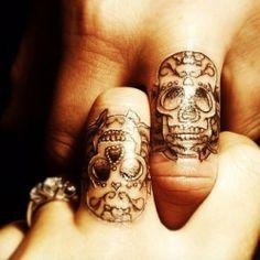 Tatuaje de calaveras en los nudillos. Perfecto para llevar en pareja