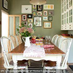 Diese Küchenmöbel im Shabby-Chic verleihen dem Raum ein rustikales Feeling. Die olivgrüne Wandfarbe harmoniert sehr gut mit dem gestreiften Teppich. Mit  …