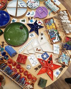 """corina.marina.ceramics pe Instagram: """"#comunitateaMadeinRO #MadeinRO #DesignCrăciun #designromanesc #23-24noiembrie"""" Ceramics, Games, Instagram, Design, Ceramica, Pottery, Gaming, Ceramic Art"""