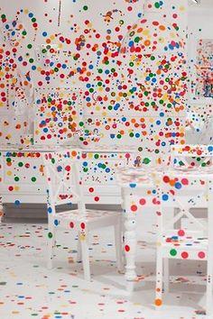 """Esta instalación hecha por y para niños, titulada """"The Room Obliteration"""" se encuentra en la Galería de Arte Moderno de Brisbane, una iniciativa del artista Yayoi Kusama."""