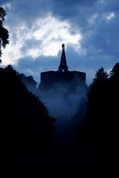 finienfotodesign - Fotokünstlerin Verena Maria - ♦ kassel http://verenamaria.format.com/2513198-kassel#e-0 via format.com #kassel #herkules #statue #nacht #wolken #nebel #magisch