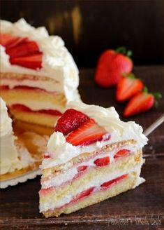Strawberries and cream cake - Torta panna e fragole: fresca, golosa, elegante! Strawberry Cream Cakes, Strawberry Dessert Recipes, Banana Recipes, Great Desserts, Delicious Desserts, Easy Minecraft Cake, Italian Cake, Animal Cakes, Dog Cakes