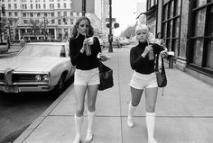 Hot pants were brief tight shorts worn by women as an outer garment. They were designed by fashion designer Mary Quant. Hot Pants, New York Street Style, Mary Quant, Vintage New York, Fashion History, New York Fashion, Fotojournalismus, Flapper, Vogue