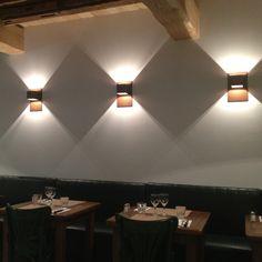 Le restaurant le Turban a choisi l'applique Carré Rouille, aux formes simples et épurées, s'harmonise avec tous les intérieurs. La forme spécialement étudiée de son réflecteur diffuse la lumière vers le haut et vers le bas, procurant un éclairage optimal. Son faisceau lumineux créé un jeu subtil d'ombre et de lumière. Modèle proposé également en ardoise.