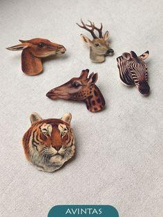 Tygr - brož plastová brož - tygr speciální plast, jehož povrch připomíná zvířecí srst, těmto vintage šperkům velice sluší rozměry brože: 3,9x4,3x0,1 cm zapínání na brožový můstek graficky zpracovala: Klára Kubešová na přání připravím vybrané motivy z mé nabídky, upravím rozměry, doplním sadu o nášnice a pod. další nabídka: ...