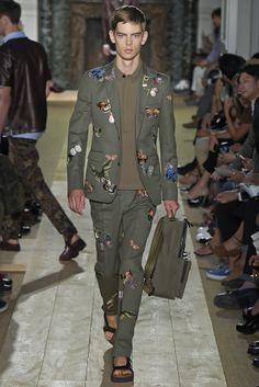 Valentino Men's RTW Spring 2015 si llevas traje la mochila siempre en la mano, jjjjj me encantará romper las reglas
