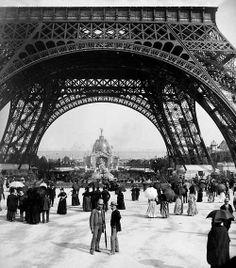 Exposition universelle de 1889. Paris. La tour Eiffel et le dôme central.  © Léon et Lévy / Roger-Viollet