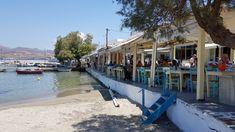 Het dorp ligt op het uiterste puntje aan de noordkant van het eiland. Langs de kade liggen verschillende tavernes die de strijd met elkaar aangaan wie de lekkerste gerechten op tafel kan zetten. #Milos #Melos #Griekenland #Reizen #Travel #Cycladen #Pollonia Travel, Viajes, Destinations, Traveling, Trips