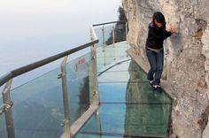 """Dit is een van de nieuwste attracties in China, een wandelpad van glas op een hoogte van 1430 meter. Het pad heet """"Walk of Faith"""" en geeft je een fantastisch uitzicht, als je het durft te betreden."""