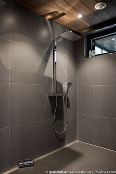Grafiitinharmaassa kaksiossa Big Bathrooms, Amazing Bathrooms, Modern Bathroom, Sauna House, Sauna Room, Sauna Design, Outdoor Sauna, Bathroom Plans, Master Shower