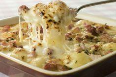 Lo sformato di patate con salsiccia e mozzarella è un piatto unico molto semplice da preparare. Può essere preparato in anticipo e riscaldo.