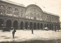 La stazione di Torino Porta Nuova in uno scatto degli anni '30. I lavori per la costruzione della stazione iniziarono nel 1861, sotto la direzione di Alessandro Mazzucchetti e con la collaborazione di Carlo Ceppi.Fu aperta al traffico parzialmente nel dicembre 1864, e i lavori furono completati nel 1868. La stazione fu ampliata più volte.