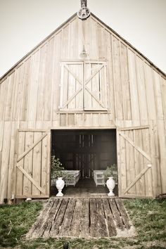 i would love to have my wedding in a barn. Wedding in a barn Country Barns, Old Barns, Decoration Inspiration, Farm Barn, White Barn, The Ranch, Beautiful Buildings, My Dream Home, Dream Homes