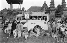 Kampanye PSI di Bali. Vintage Pictures, Old Pictures, International Day Of Peace, Architecture Old, Vintage Artwork, Balinese, Aesthetic Vintage, Countries Of The World, Jakarta