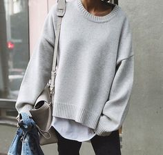 Soft, white shirt under soft cream/grey oversized sweater - soft leather unstructured bag makes for a relaxed, cozy look. Mode Style, Style Me, Winter Outfits, Casual Outfits, Looks Street Style, Winter Stil, Plus Dresses, Mode Inspiration, Fashion Inspiration