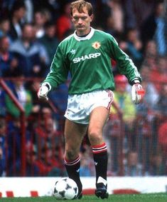 Man Utd goalkeeper Jim Leighton in Football Kits, Sport Football, Man Utd Crest, Manchester United Football, Professional Football, Man United, Big Men, Goalkeeper, Football Players