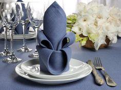 Serviette falten in Form einer Lilie - wirkt besonders edel und ist für elegante Hochzeiten bestens geeignet.
