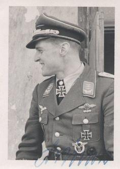 """Portrait du """"Hauptmann"""" Kurt-Werner Brändle lors de la remise de la Ritterkreuz des Eisernen Kreuzes mit Eichenlaub #114 comme Gruppenkommandeur der II./JG 3 """"Udet""""  Le 27 août 1942"""