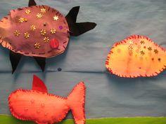 kalojen ompelu askarteluhuovasta. huopa on lasten maalattu tekijän näköiseksi
