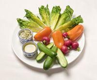 Knapperige Kleintje Sla met citroen-rozemarijnzout Snijd kropjes Kleintje Sla in partjes.  • Maak radijsjes en oranje snackpaprikaatjes schoon • Halveer kleine snackkomkommers • Meng zeezout met wat fijngeraspte citroenschil en fijngehakte verse rozemarijn • Dip de rauwkost eerst in frisgroene olijfolie en daarna in het citroen-rozemarijnzout.