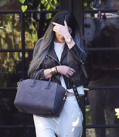 Kylie Jenner flaunted what looks like an engagement ring on that finger! Kylie Jenner Hair, Kylie Jenner Outfits, Kardashian Jenner, Medium Blonde Hair, Golden Blonde Hair, Silver Ombre Hair, Grey Ombre, Red Hair With Highlights, Beach Wave Hair