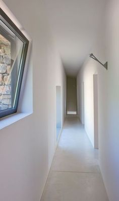 Long white corridor in the house | More photos http://petitlien.fr/6eh7