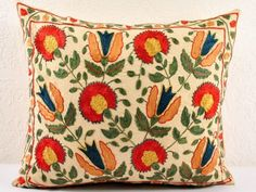 Suzani pillow Embroidery Applique, Embroidery Designs, Primitive Living Room, Embroidered Pillows, Oriental Print, Techniques Couture, Textile Fiber Art, Pillow Fight, Central Asia
