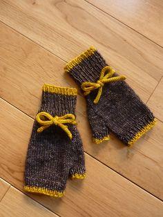 Dainty Fingerless Mittens by Renée Belaert - sport weight fingerless gloves #yarn #knitting #gifts