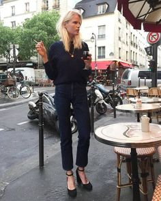 All black casual style with a gold necklace - LadyStyle Mode Outfits, Fall Outfits, Fashion Outfits, T Shirt Branca, Paris Mode, Style Snaps, Parisian Style, Look Chic, Mode Inspiration