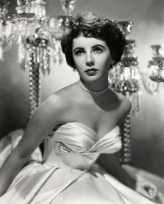 Elizabeth Rosemond Taylor, (Hampstead, Londres, Reino Unido, 27 de febrero de 1932 - Los Ángeles, California, Estados Unidos, 23 de marzo de 2011), también conocida como Liz Taylor, fue una actriz británica-estadounidense de cine, teatro y televisión. Desarrolló en Estados Unidos una carrera artística que se extendió por más de 60 años, en la que adquirió popularidad principalmente como actriz en películas de Hollywood.