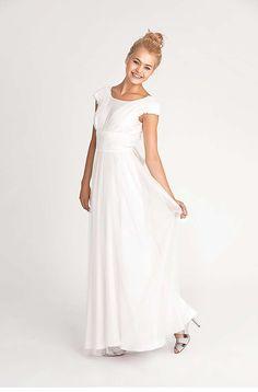 ISABELLE Romantisches Brautkleid mit angeschnittenen Ärmelchen und Rundhalsausschnitt. Besonderes Highlight ist der freie Rücken und die gebundene Schleife. Abgerundet wird der romantische Look durch zwei Lagen Tüll. Komplett gefüttert.