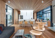 Store vindusflater og naturlig lysinnslipp er vakkert mot vegger og gulv i nåletre. Huset på Nesøya er både høyteknologisk og energieffektivt.