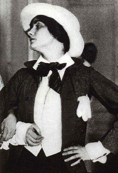 1912-Coco Chanel en 1912, vestida para asistir a una gala con el curioso traje de un paje de bodas de provincias