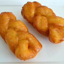 AFRIKANER KOEKSISTERS Braided deep fried bread type dough dipped in ice cold syrup while still piping hot resulting in the koeksister soaking up the syrup Tart Recipes, Cooking Recipes, Braai Recipes, Oven Recipes, Curry Recipes, Chicken Recipes, Dessert Recipes, Koeksisters Recipe, Peppermint Crisp Tart