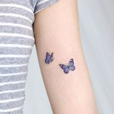 14 Tatuajes para recordar a alguien que ya no está Purple Butterfly Tattoo, Purple Tattoos, Butterfly Tattoos For Women, Dainty Tattoos, Butterfly Tattoo Designs, Pretty Tattoos, Cute Tattoos, Unique Tattoos, Tribal Tattoos