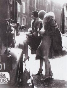 Ladies hailing a cab, Berlin, ca. 1920s