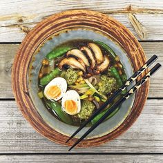Spicy ramen with zoodles, portobelo and pesto // Het ramen med zucchininudlar, sugarsnaps, pesto och ägg