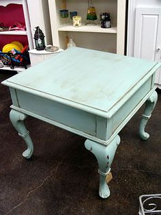 beautiful thrifted table repainted and scuffed for a vintage look Painting Antique Furniture, Refinished Furniture, Distressed Furniture, Furniture Projects, Furniture Making, Furniture Makeover, Vintage Furniture, Painted Furniture, Diy Projects