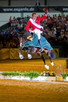 World Number 1 showjumper Germany's Christian Ahlmann doesn't need to look where he's going.... #showjumping