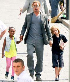 Brad Pitt with daughters Shiloh and Zahara Brad Pitt And Angelina Jolie, Jolie Pitt, Celebrity Moms, Celebrity Photos, Brad Pitt Age, Bard Pitt, Shiloh Jolie, Cute Celebrities, Celebs