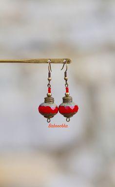 Boucles d'oreilles bronze perles de verre tchèque rouge : Boucles d'oreille par baboochka