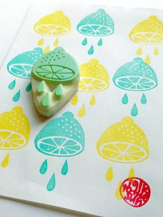 lemon hand carved rubber stamp with juice. for lemonade stands, summer lemon themed party prop making, scrapbooking, etc. great gift for scrapbook makers and crafters. SIZE: about 5.5cmX3cm (2.16inX1.18in) ABOUT RUBBER STAMPS: • made to order • 10mm thick soft rubber block • block