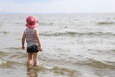 海を見つめる少女