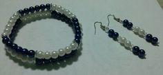 Pulsera dos hilos, perlas azul y blanco con aretes que hacen juego.