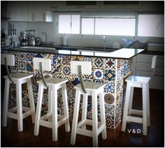 #kitchen #cookingclass #cook #food #wood #isle #style #interiors #home #house #homedecor #spanishkitchen #mayolicas #white #stool