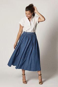 French Street Fashion, European Fashion, Classic Fashion, Classic Style, Chambray Fabric, Chambray Dress, Maxi Skirt Outfits, Maxi Skirts, Italian Chic