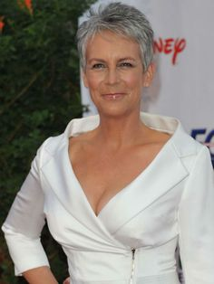 Plus beaux décolletés Jamie Lee Curtis … Short Haircut Styles, Best Short Haircuts, Short Grey Hair, Short Blonde, Haircut For Older Women, Short Hair Cuts For Women, Jamie Lee Curtis Haircut, Pixie Haircut, Fine Hair