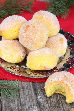 Juicy and good saffron sugar buns with a creamy filling . Juicy and good saffron sugar buns with a creamy filling of white chocolate. Christmas Dishes, Christmas Sweets, Christmas Baking, Swedish Recipes, Sweet Recipes, Delicious Desserts, Dessert Recipes, Bagan, Partys