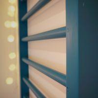 Ribbstol i ett hem Blinds, Bookcase, Curtains, Diy, Home Decor, Decoration Home, Bricolage, Room Decor, Shades Blinds